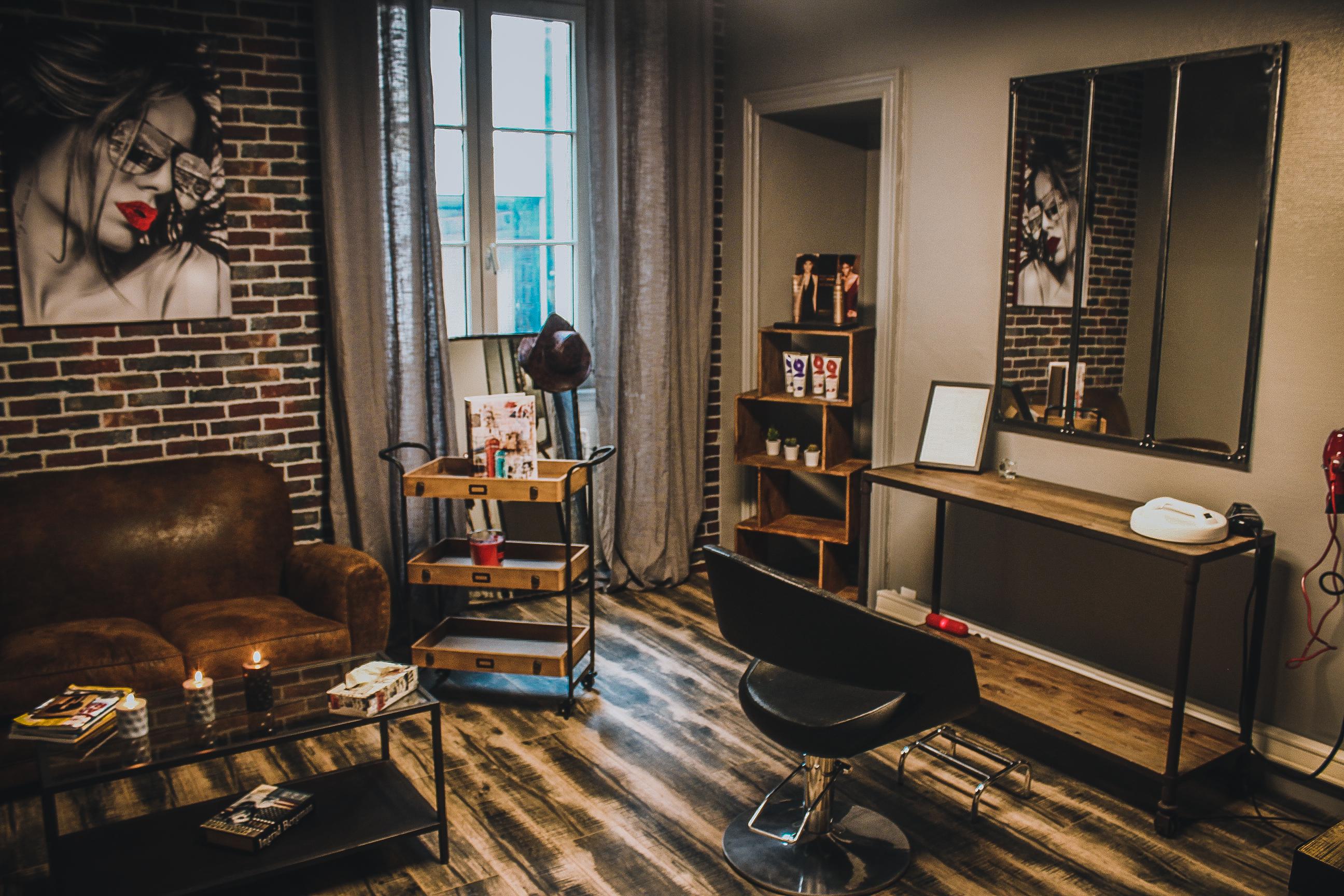 Le miroir salon de coiffure priv nantes for Miroir dans le salon